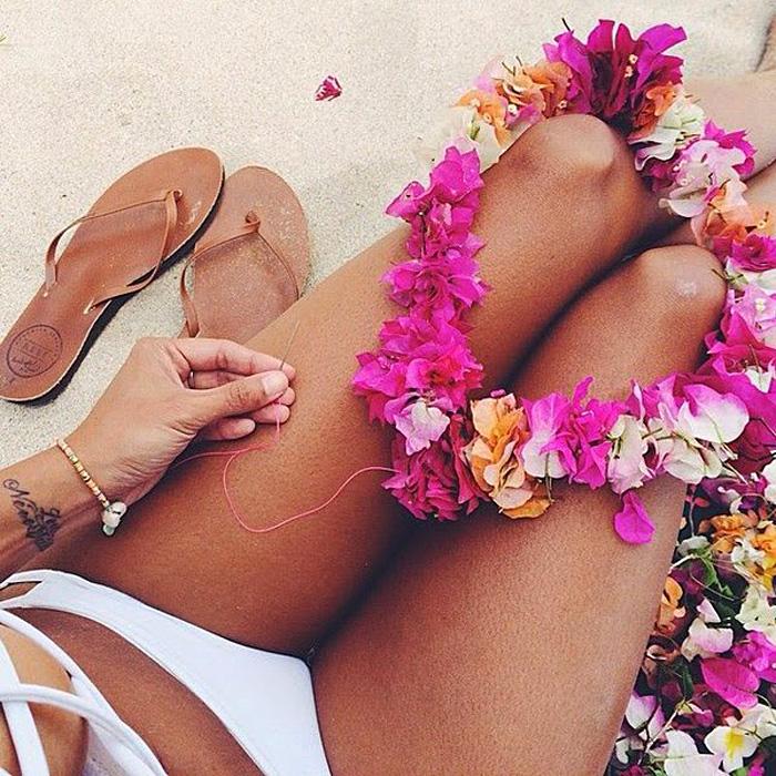 сложная, живые цветы у женских ног картинки для
