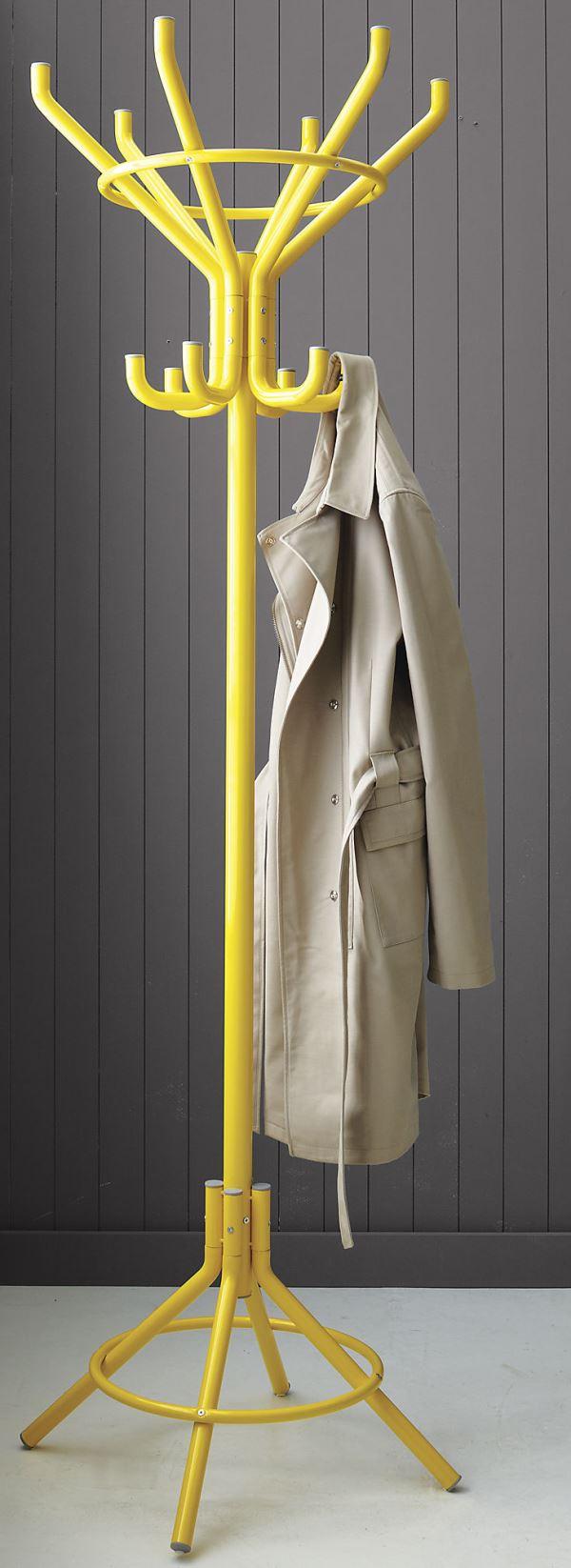 Желтая вешалка для верхней одежды в интерьере