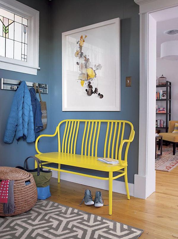 Желтая скамья в интерьере