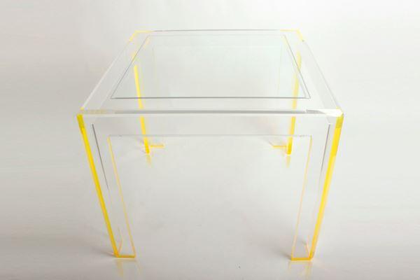 Прозрачный столик с желтыми ножками