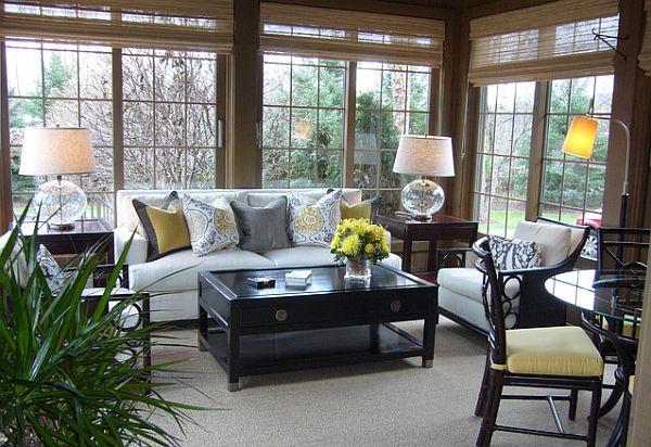 Уютная комната с диванчиком и журнальным столиком