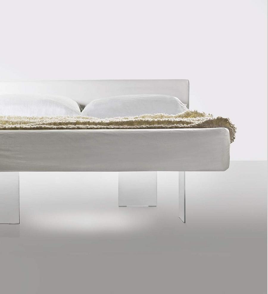 Кровать на невидимых стеклянных ножках