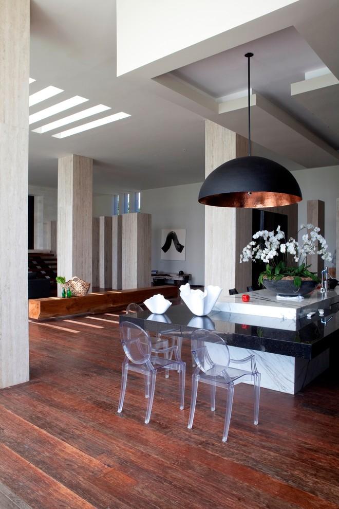 Черный подвесной светильник в интерьере гостиной от Seriously Designed