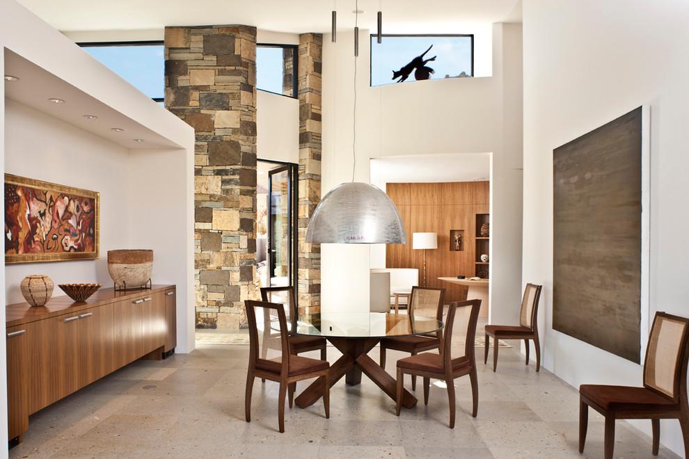 Серый подвесной светильник в интерьере обеденной зоны от DrewettWorks