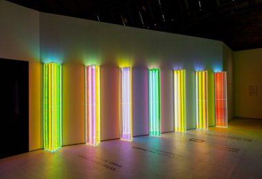 Световая инсталляция в английском музее создана с помощью высоких призм