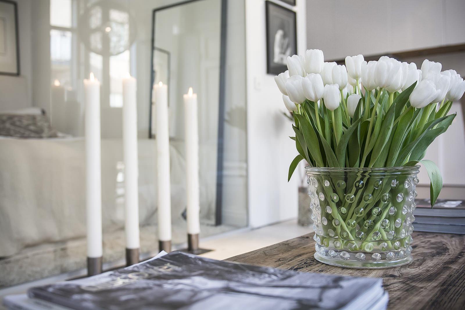 Ваза с цветами на стол в комнате