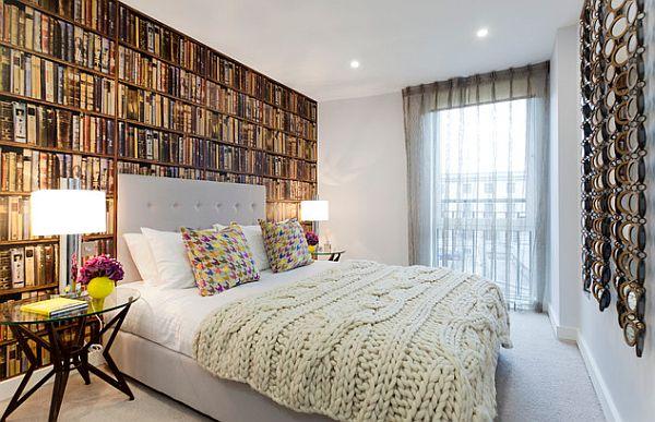 Вязаное покрывало на кровати