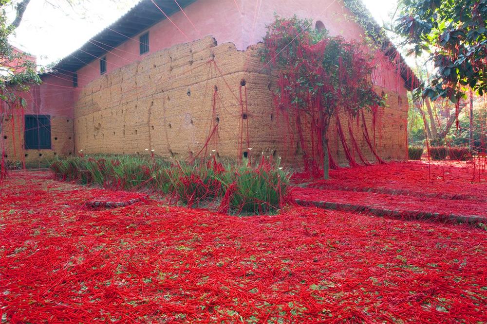 «Пенелопа» Татьяны Бласс: инсталляция из красной пряжи в старой часовне в Сан-Паулу