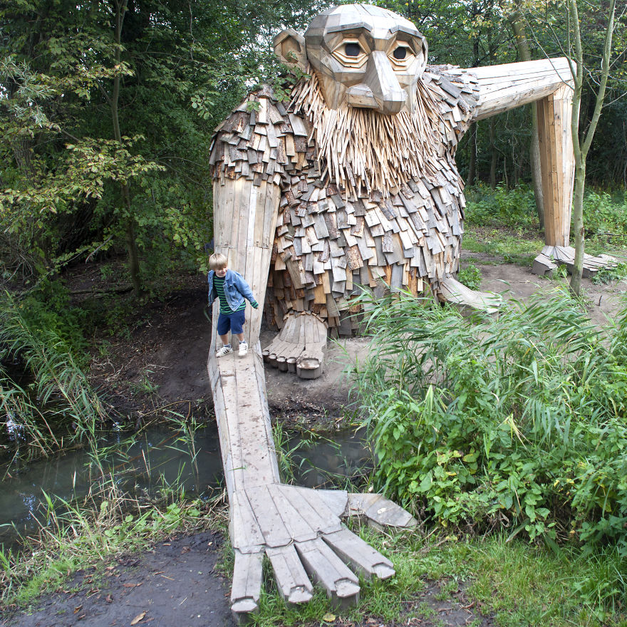 Томас Дамбо: деревянные фигуры из серии «6 забытых великанов»