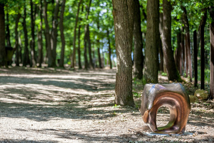 Незабываемое кресло с покраской под дерево в парке