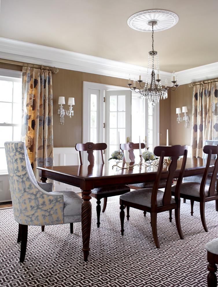 Текстиль в интерьере - фото изящных бархатных стульев сиреневого цвета