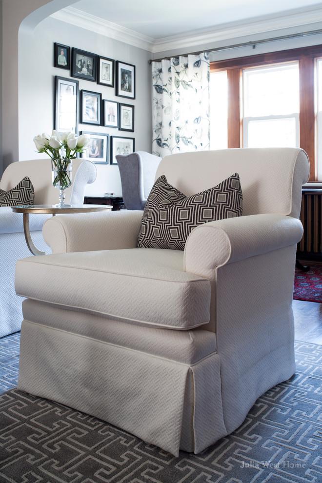 Текстиль в интерьере - фото белого кресла с обивкой из стеганного полотна