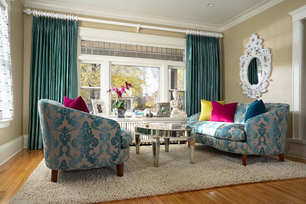 Текстиль в интерьере - фото дивана и кресла с голубым узором с обивкой из дамасского полотна