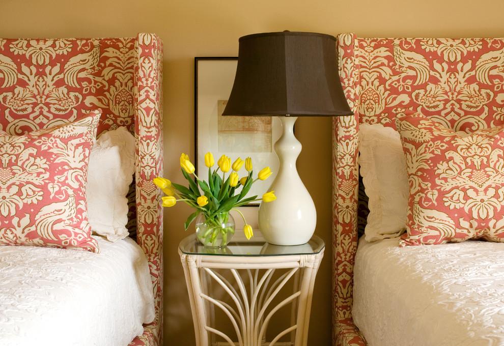 Текстиль в интерьере - фото кроватей с обивкой из дамасского полотна