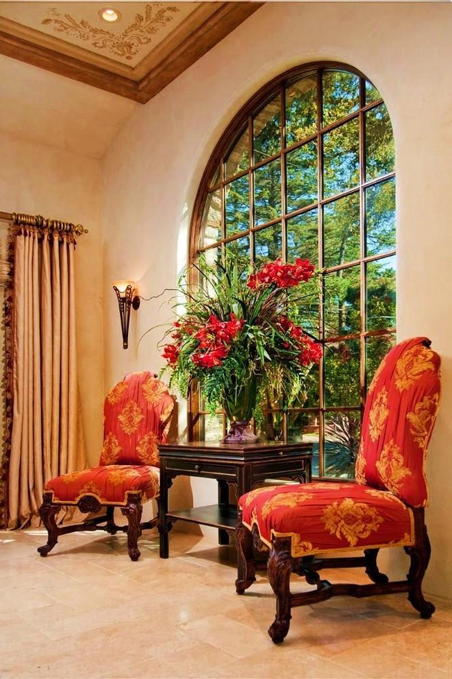 Текстиль в интерьере - фото стульев с обивкой из красной парчи с золотым узором