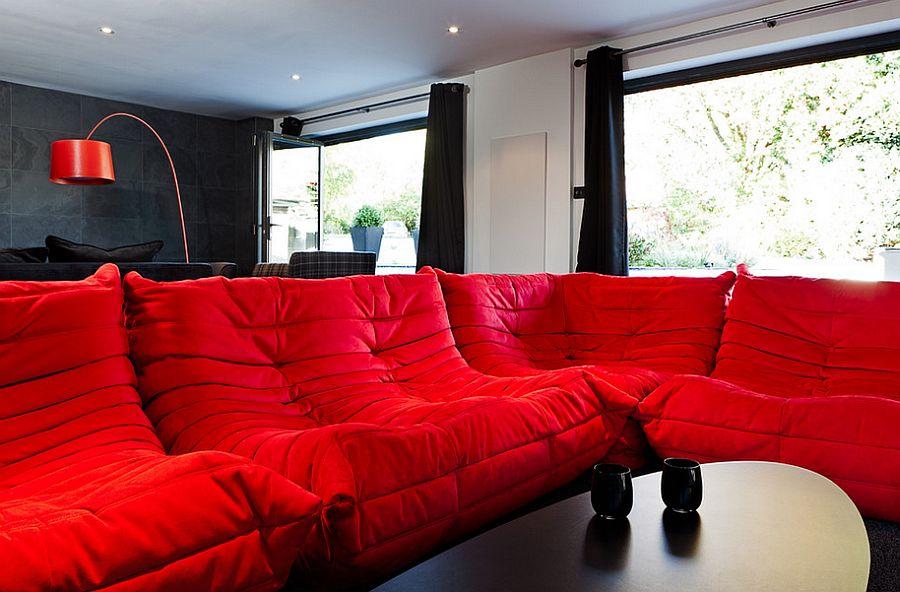 Тёмные шторы в интерьере дома - ярко-красный диван