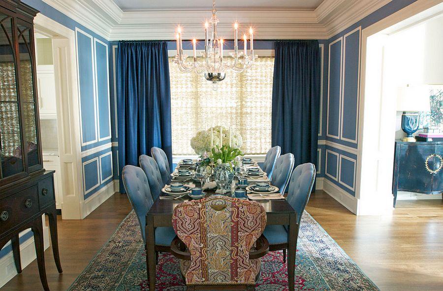 Тёмные шторы в интерьере дома - синие стулья
