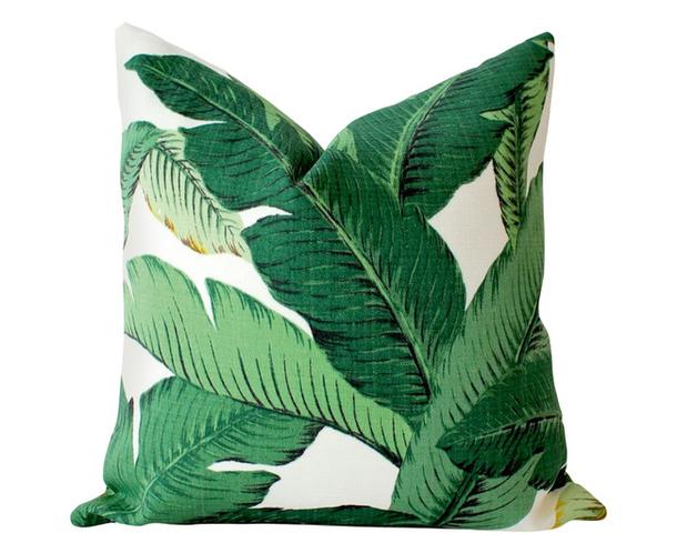 Декоративная подушка с нарисованными крупными листьями