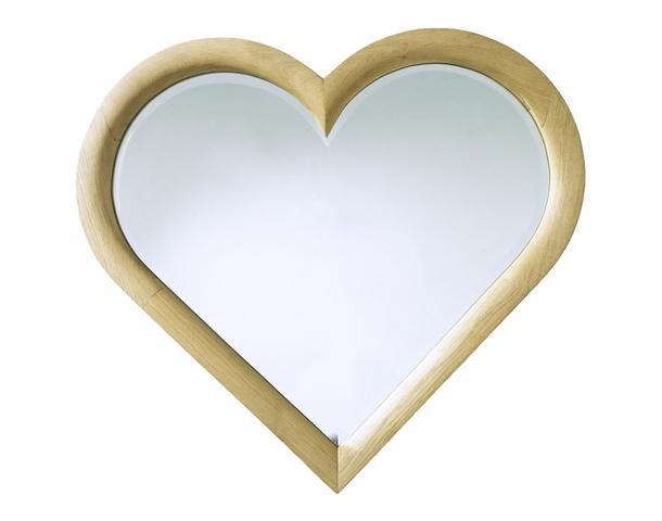 Необычное зеркало с деревянной оправой в форме сердца