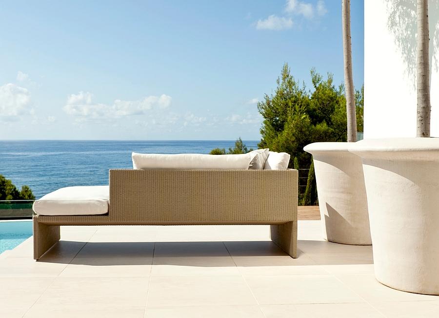 Дизайнерский диван на террасе