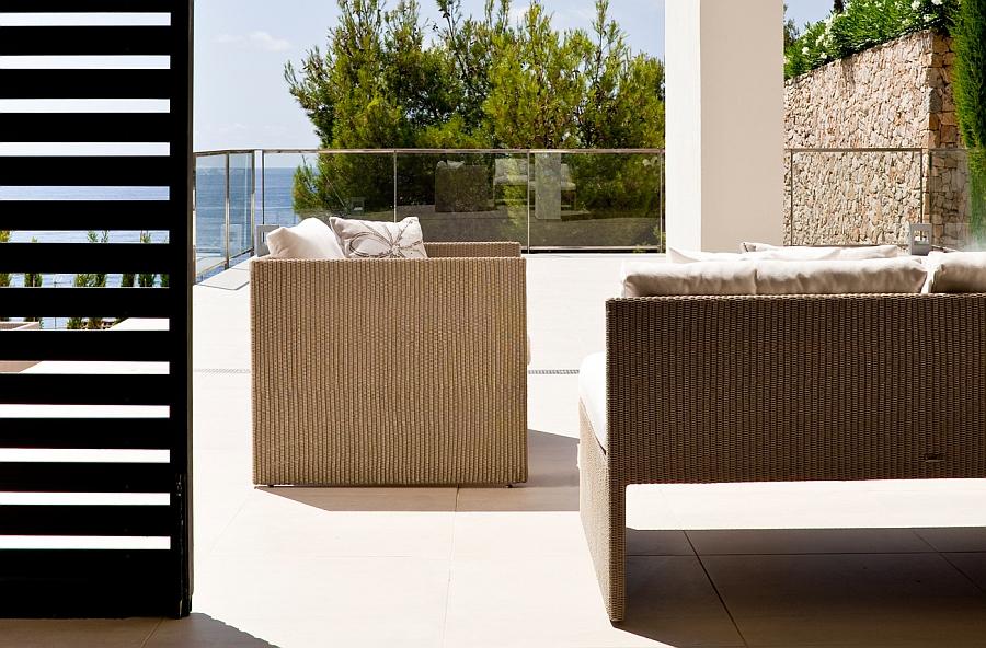 Диван и кресло для отдыха возле бассейна