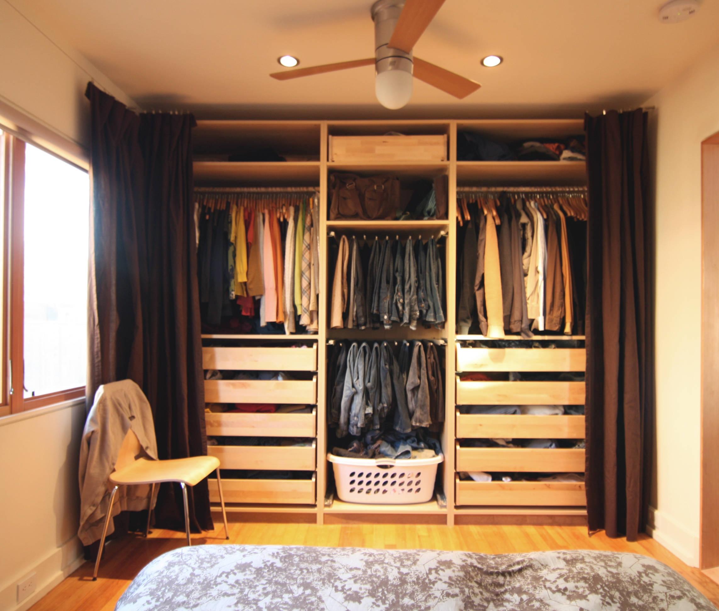 Ejemplos de fotos del uso de armarios sin puertas.