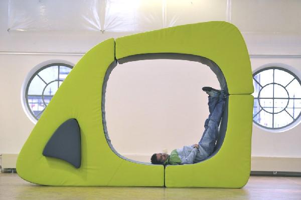 Человек лежащий в красивой модульной мебели