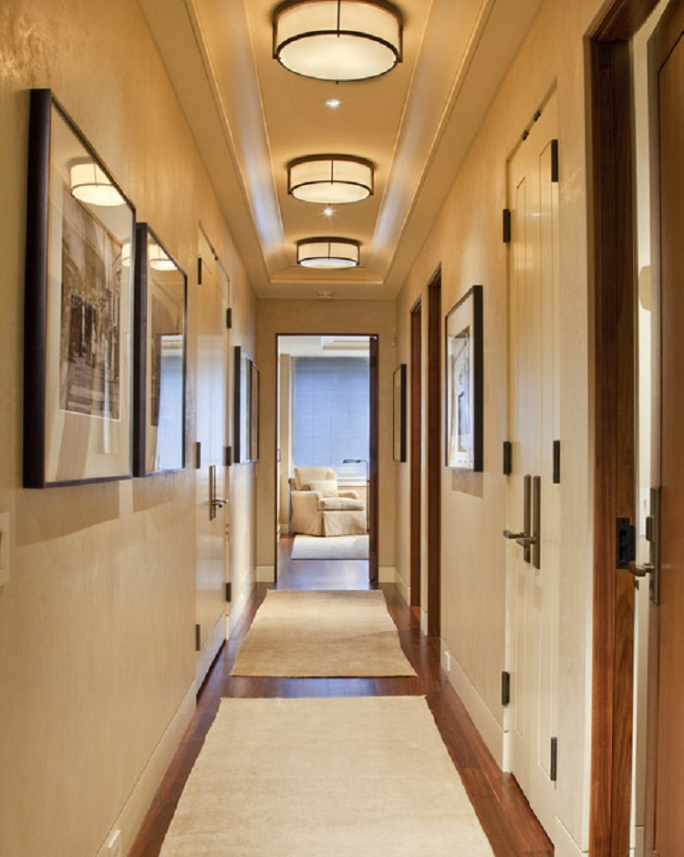 Встроенные потолочные светильники в коридоре