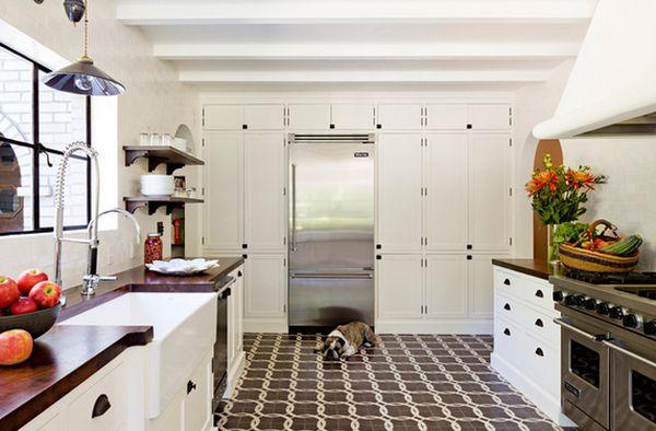 Напольный кафель с интересным узором на кухне