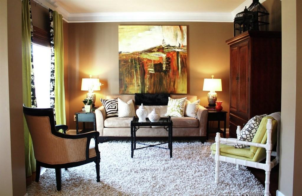 Уютная коричневая гостиная