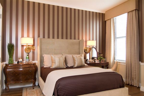 Коричневая спальня с полосатыми стенами