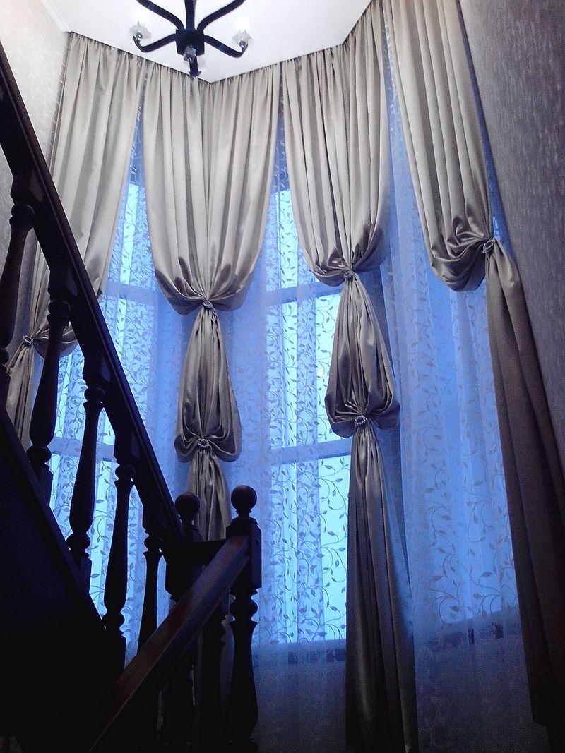Дизайн штор на лестницу