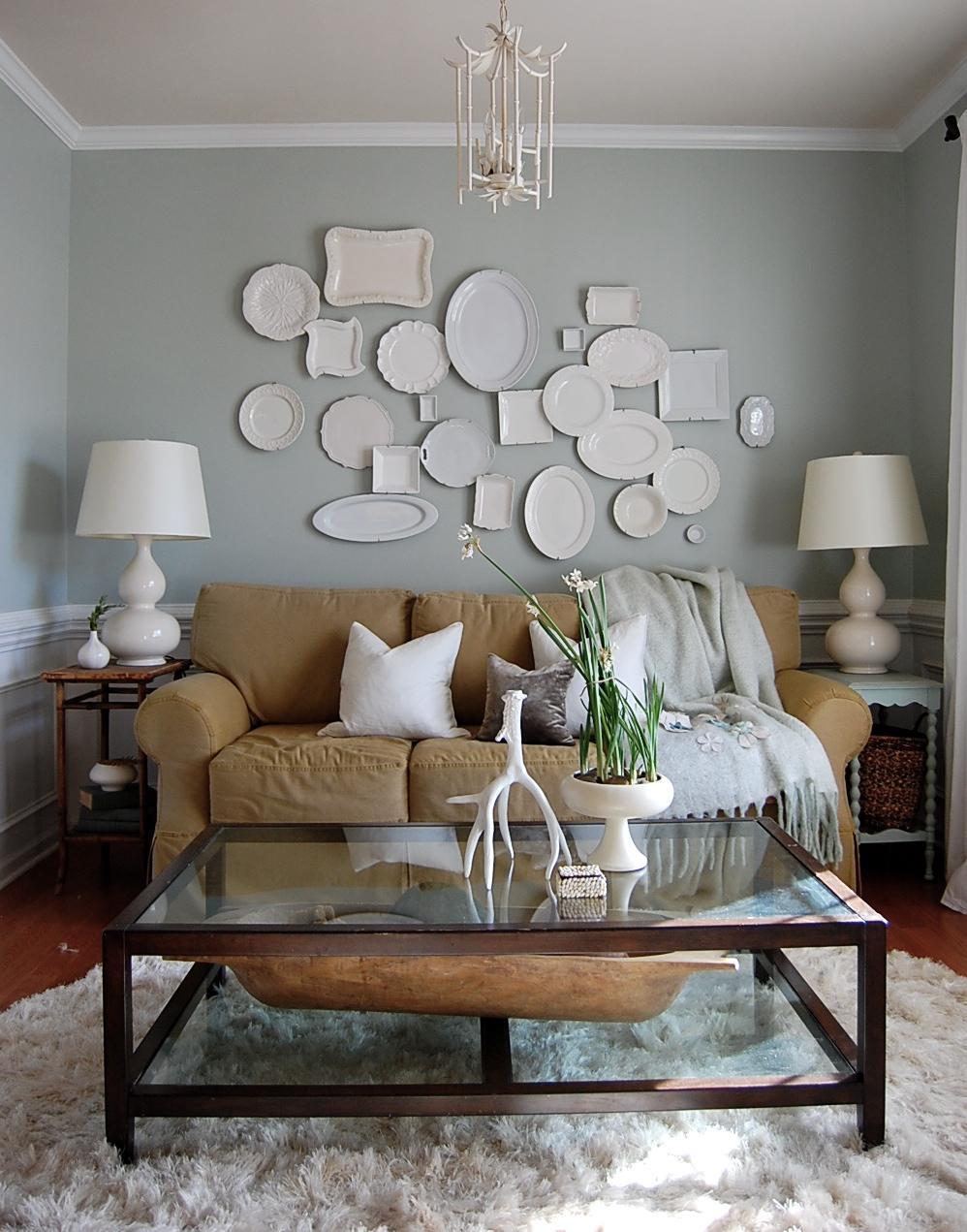 Тарелке на стене в гостиной