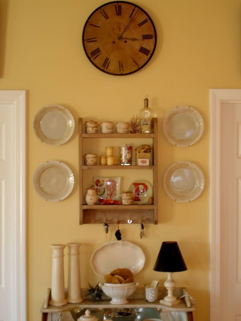 Часы на стене в интерьере