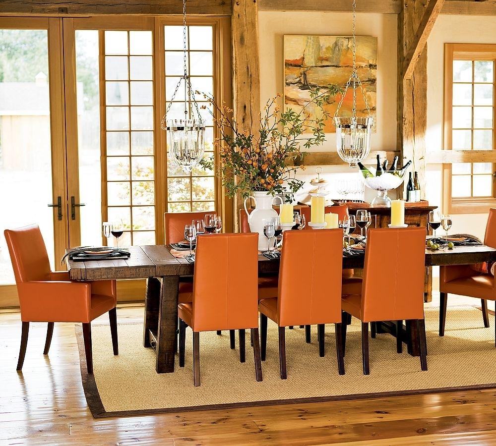 Оранжевые стулья у стола