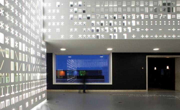 Красивая световая инсталляция SKIN