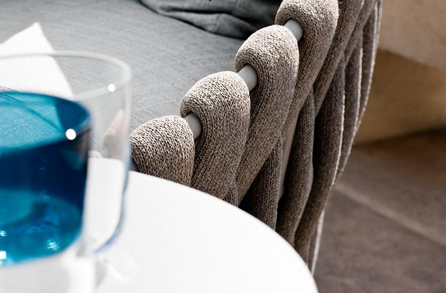 Дизанерское плетение мебели для зоны у бассейна