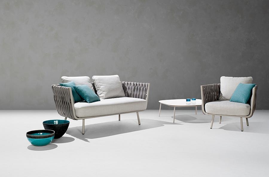 Очаровательный диван, кресло, стол и вазы