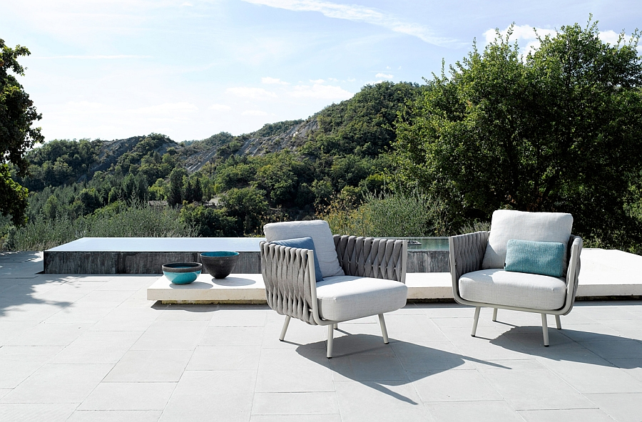 Классные кресла на террасе с элементами декора