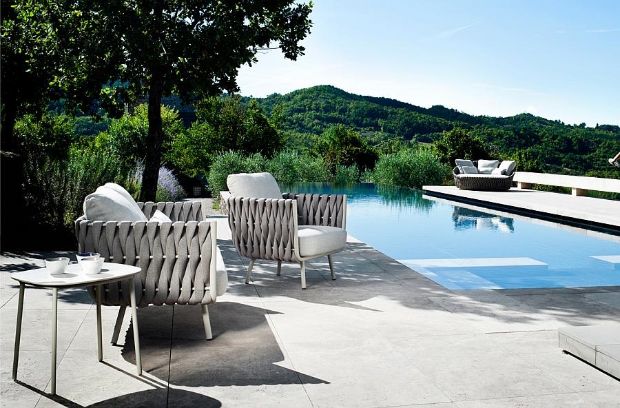 Плетенные кресла и деревянный столик для зоны у бассейна