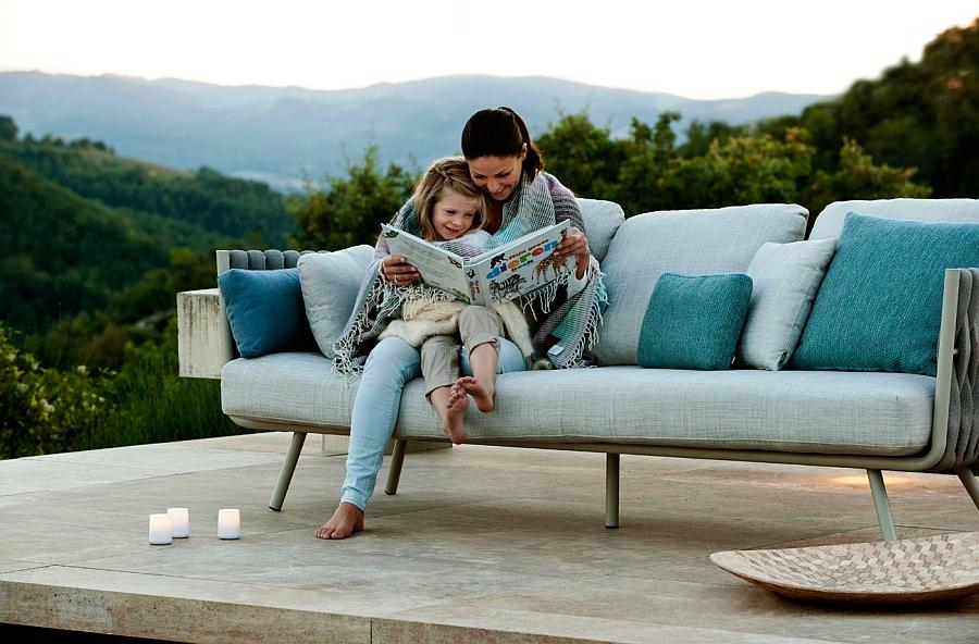 Шикарный диван с комплектом подушек на террасе