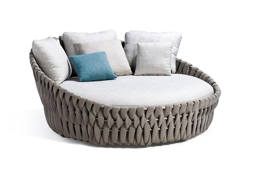 Удобная софа с комплектом подушек