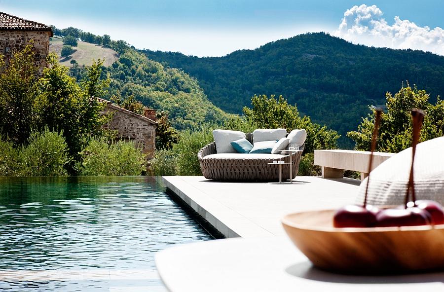 Великолепная софа и столики для напитков для зоны у бассейна