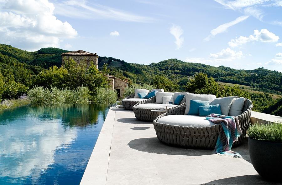 Дизайнерская софа для зоны у бассейна на террасе