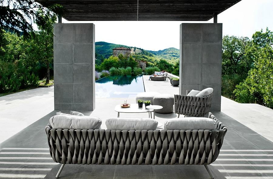 Превосходный диван, кресло и стол на террасе