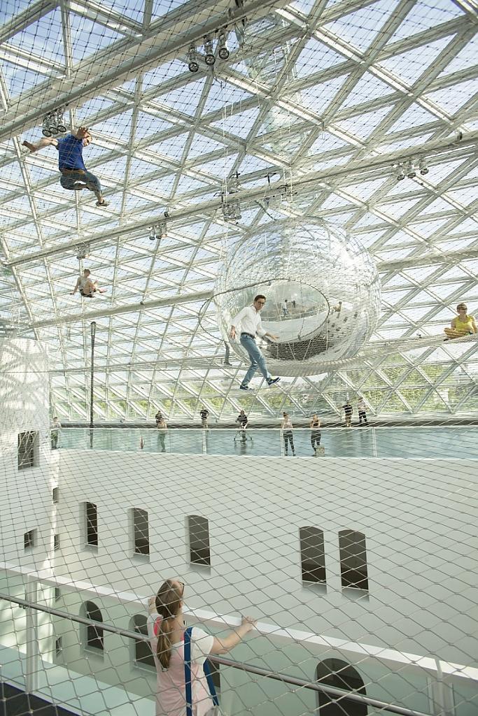 Чудная инсталляция - На орбите Tomas Saraceno в музее Kunstsammlung, Düsseldorf