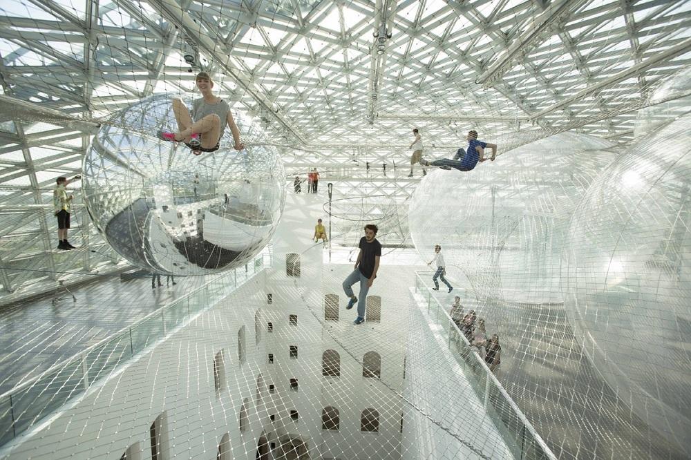 Инсталляция - На орбите Tomas Saraceno в музее Kunstsammlung, Düsseldorf