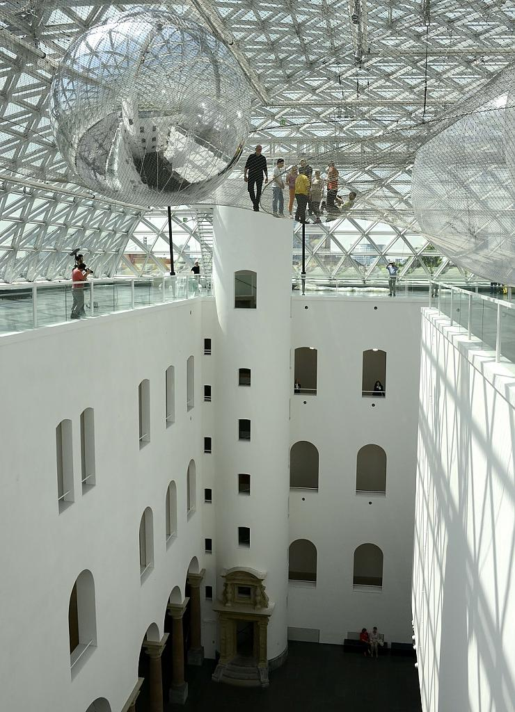 Чудесная инсталляция - На орбите Tomas Saraceno в музее Kunstsammlung, Düsseldorf