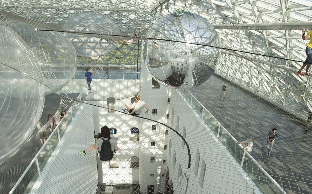Замечательная инсталляция - На орбите Tomas Saraceno в музее Kunstsammlung, Düsseldorf