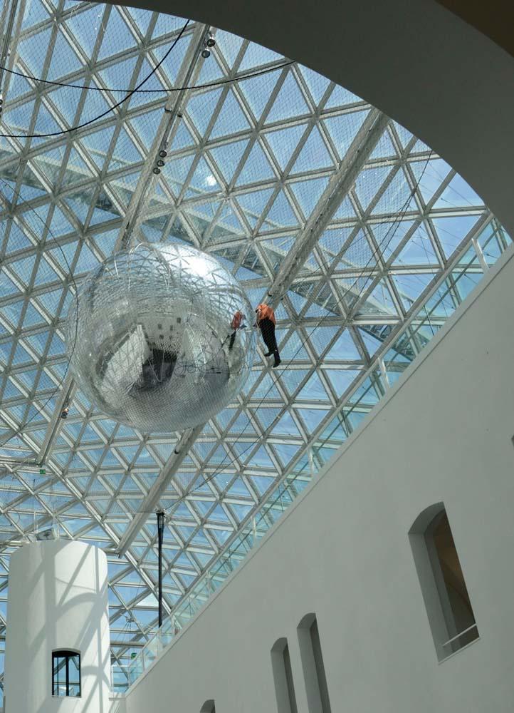 Уникальная инсталляция - На орбите Tomas Saraceno в музее Kunstsammlung, Düsseldorf